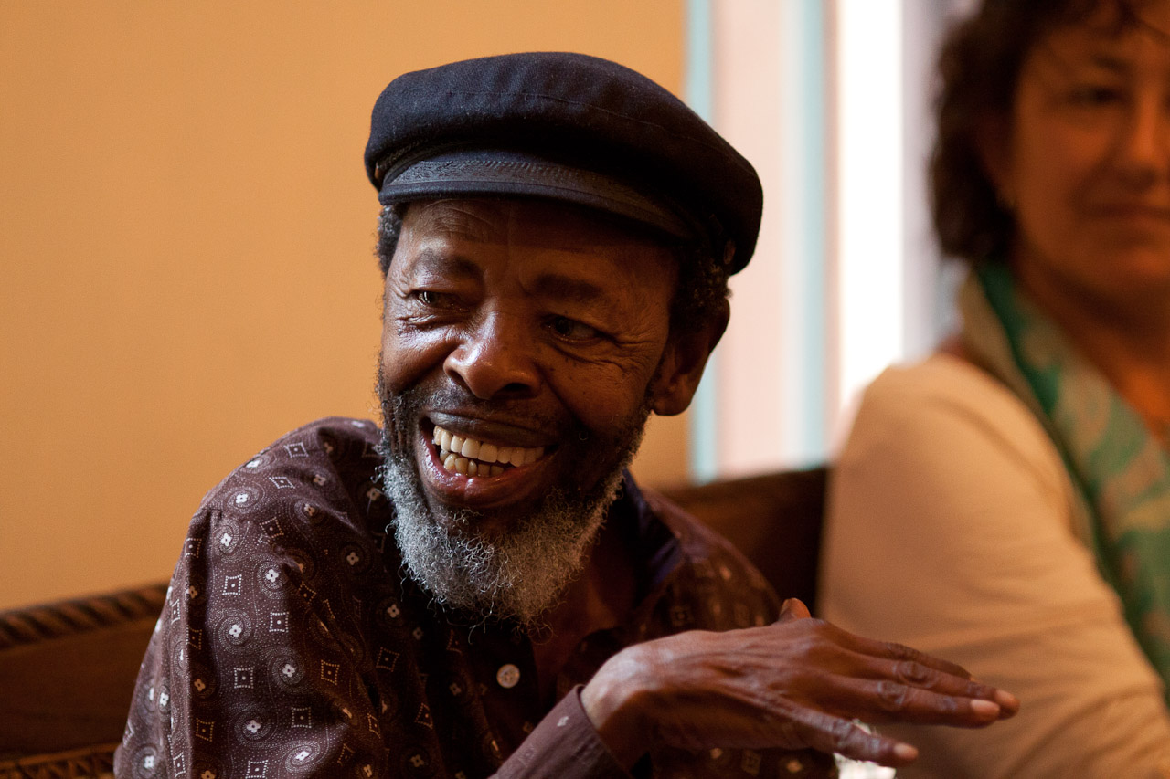 Maneno_poetry_group_with_Keoropetse_Kgositsile_by_Peter_Bennett_IMG_7962s